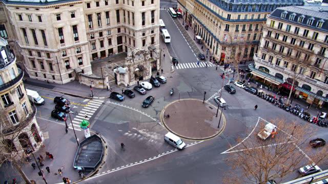 vidéos et rushes de carrefour urbain au quartier de la mode à paris. vieux, retro buildings. vue aérienne. - carrefour