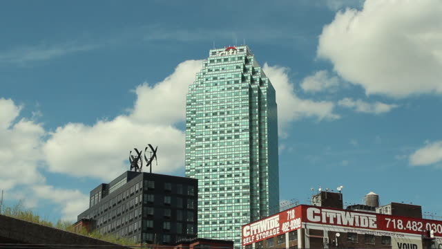 urban exterior shot of the citigroup building with moving clouds - 金融関係施設点の映像素材/bロール