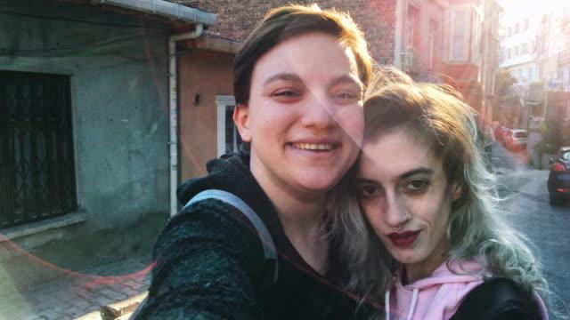Urbain femmes Amis prenant selfie des photos avec un smartphone