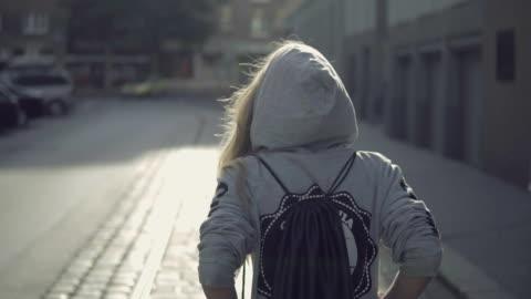 urban flicka i staden - attityd bildbanksvideor och videomaterial från bakom kulisserna
