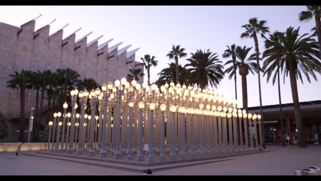 urban light sculpture plaza at los angeles county museum of art april 2020, dusk exterior with no people, during covid-19 april 2020 - städtischer platz stock-videos und b-roll-filmmaterial