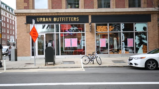 urban outfitters inc store on the corner of newbury street and massachusetts avenue in boston massachusetts usa on sunday march 4 2018 - ボストン バックベイ点の映像素材/bロール
