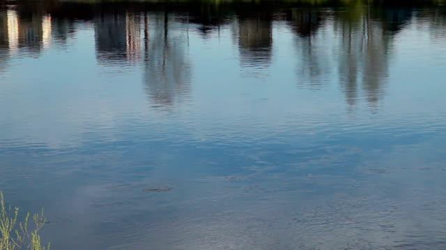 vídeos de stock e filmes b-roll de urban reflection in the flowing river - reflection