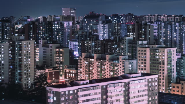 vidéos et rushes de t/l ws ha pan zone résidentielle urbaine nuit / pékin, chine - rougeoyer