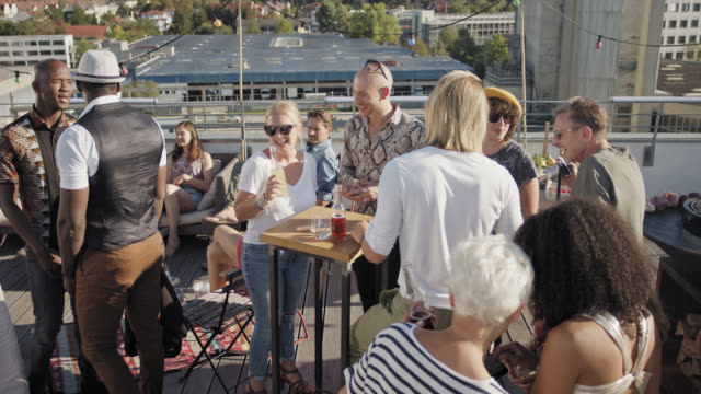 vidéos et rushes de urban rooftop barbecue party - sunny summer day - moving camera - lunette soleil