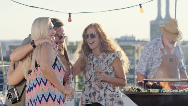 vidéos et rushes de urban rooftop barbecue - sunny summer day - long lens shot - good friends meeting - terrasse