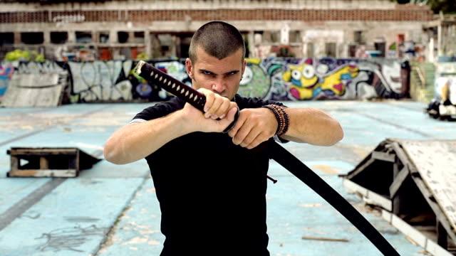 hd: urban samurai droht - männlichkeit stock-videos und b-roll-filmmaterial