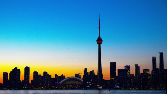 vídeos de stock e filmes b-roll de urban skyline including the cn tower and seen from centre island on june 10, 2015; in toronto, ontario, canada. this area is a national landmark and... - alto contraste