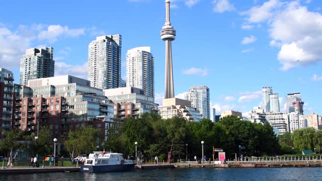 stockvideo's en b-roll-footage met urban skyline with cn tower, toronto, canada - plaatselijk monument