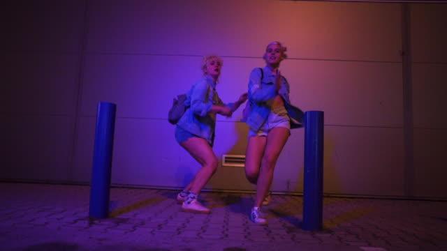 urban street dance night time - beweglichkeit stock-videos und b-roll-filmmaterial