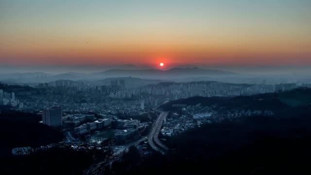 vidéos et rushes de urban traffic flow at sunrise / seoul, south korea - plaque de rue