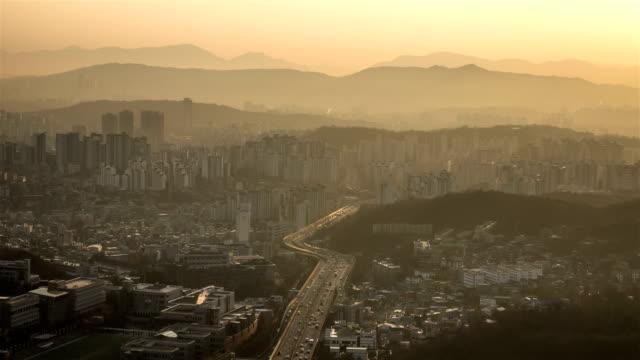 stockvideo's en b-roll-footage met urban traffic flow in the morning / seoul, south korea - straatnaambord