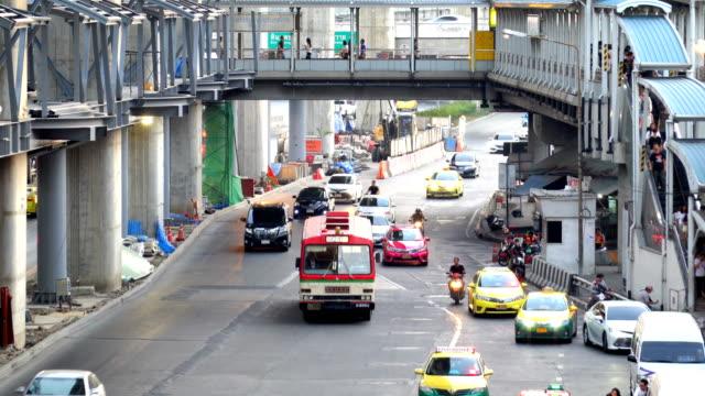 vidéos et rushes de embouteillage urbain à phahonyothin road bangkok, thaïlande. - trafic jam