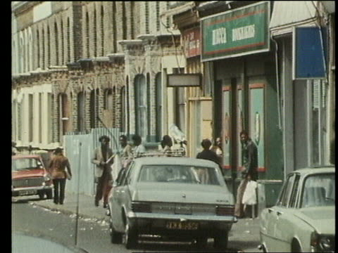 urban uk collection 109784 rundown housing in brixton london london brixton ext rundown terraced houses in deprived area young people in streets... - ブリックストン点の映像素材/bロール