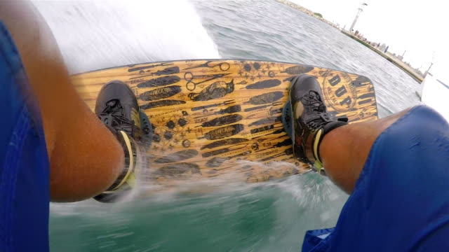 urban wake boarding - ウェイクボーディング点の映像素材/bロール