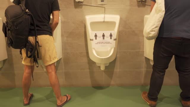 男性公衆トイレの小便器 - 小便器点の映像素材/bロール