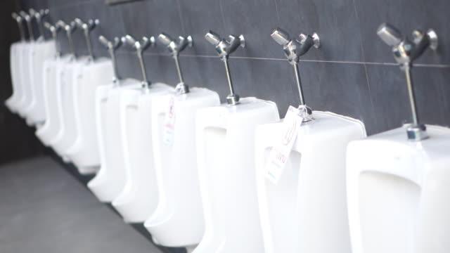 男性用公衆トイレの小便器 - 小便器点の映像素材/bロール