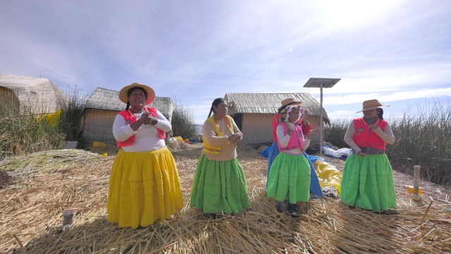 stockvideo's en b-roll-footage met uros the floating islands of peru's lake titicaca. - latijns amerikaanse cultuur