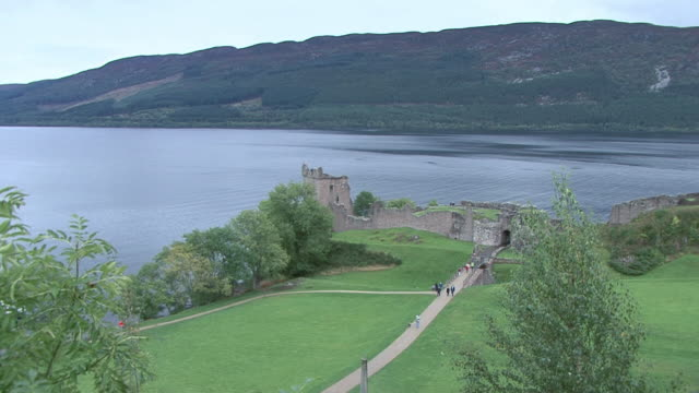 ZI Urquhart Castle on the bank of Loch Ness / Scotland, United Kingdom