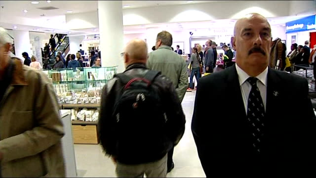 stockvideo's en b-roll-footage met book signing event england london selfridges people queuing for book signing / tracking shots past queues / people trying to take photographs of... - autobiografie