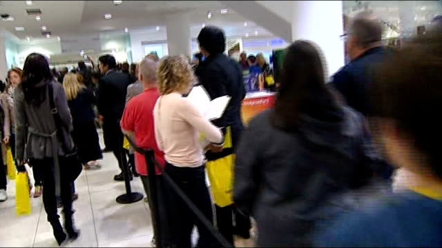 usain bolt autobiography; england: london: selfridges: ext usain bolt signing copies of book for fans fans queuing at book signing bolt signing... - biografia video stock e b–roll
