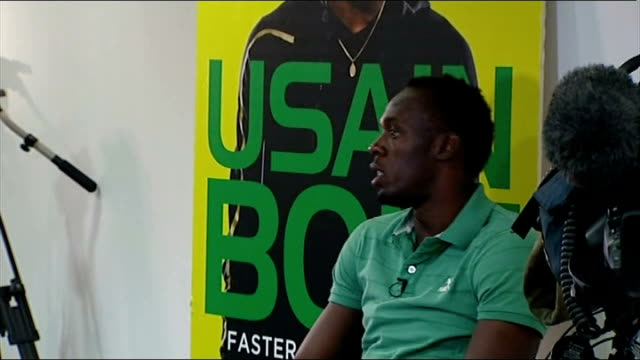 stockvideo's en b-roll-footage met usain bolt interview england london selfridges int various of usain bolt chatting to reporters sot / various of film crew getting bolt ready for... - autobiografie