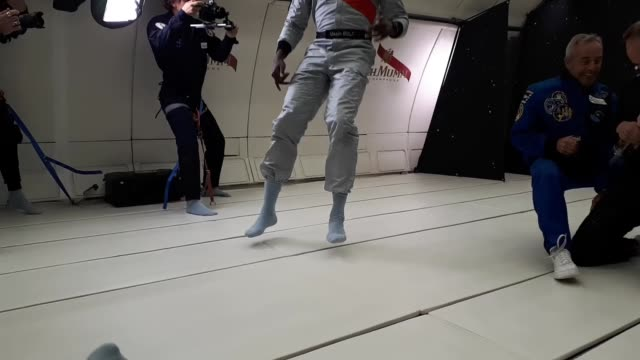 vídeos y material grabado en eventos de stock de usain bolt takes part in race in zero gravity; france: reims: int usain bolt floating in zero-gravity as men try space champagne in background / bolt... - gravedad cero