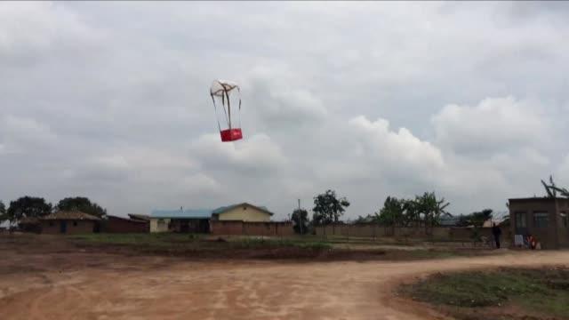 vídeos y material grabado en eventos de stock de usaran drones para llevar sangre a hospitales en ruanda en busca de disminuir la tasa de mortalidad materna - llevar