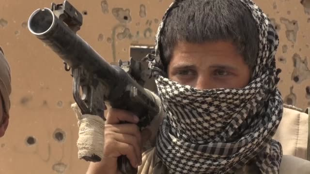usbacked fighters of the syrian democratic forces are fighting in deir ezzor to oust islamic state jihadists from the town of hajin on the east bank... - kurdischer abstammung stock-videos und b-roll-filmmaterial