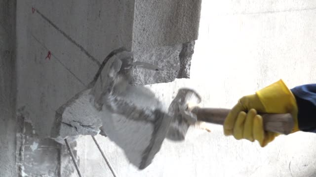 vídeos de stock e filmes b-roll de use hammer and drill to break down a wall in slow motion - broca