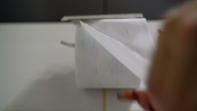 verwendung von toilettenpapier-b-rolle - b roll stock-videos und b-roll-filmmaterial