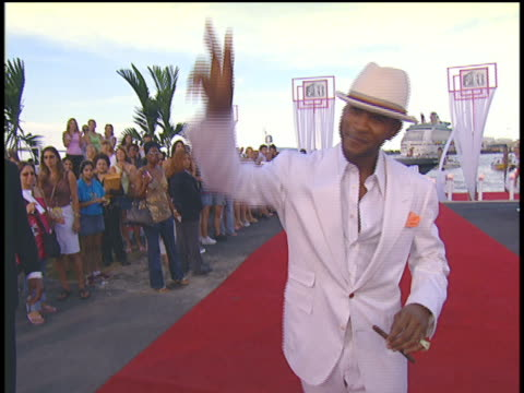 stockvideo's en b-roll-footage met usher arriving at the 2004 mtv video music awards via yacht boat. - 2004