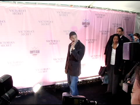 usher at the 10th victoria's secret fashion show arrivals at the armory in new york, new york on november 9, 2005. - アッシャー点の映像素材/bロール