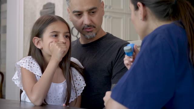vidéos et rushes de utilisation d'un inhalateur d'asthme - inhalateur
