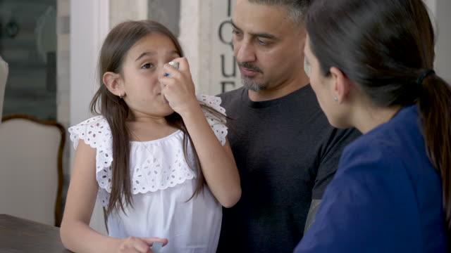 vídeos de stock e filmes b-roll de using a asthma inhaler - asmático