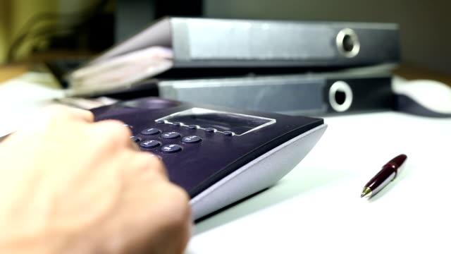 stockvideo's en b-roll-footage met using a business telephone - telefoonhoorn