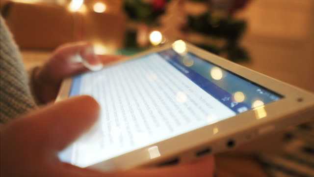 stockvideo's en b-roll-footage met met behulp van een digitaal tablet laat in de nacht. - artikel
