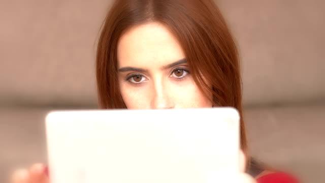 vidéos et rushes de à l'aide d'une tablette numérique, jeune femme. cu. - online messaging