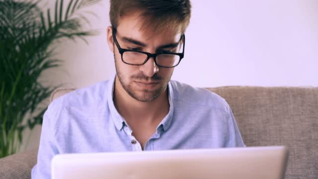 Mit einem Laptop und einem Sofa. Mann mit Brille. 2