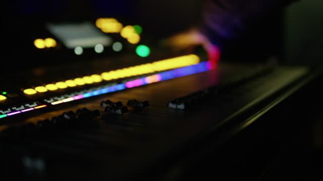 ds dj using a mixing console in nightclub - preparazione video stock e b–roll