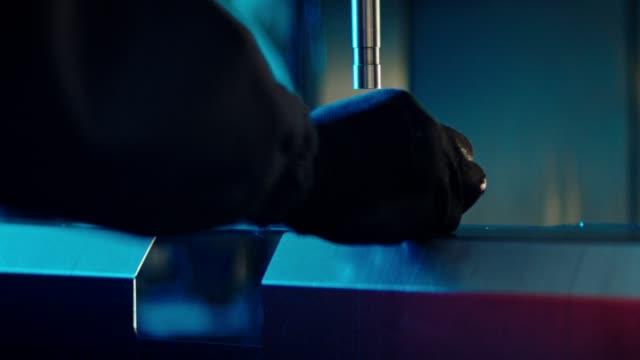 工場でパンチプレス機を使用 - 打つ点の映像素材/bロール