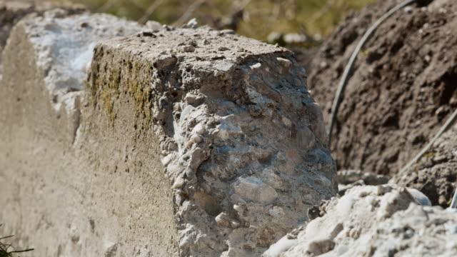 slo mo コンクリートの壁を打つためにスレッジハンマーを使用して - destruction点の映像素材/bロール