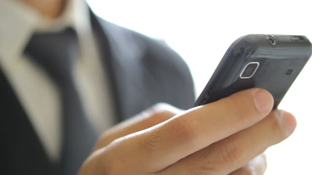 vídeos de stock, filmes e b-roll de hd: usando um telefone inteligente - smart