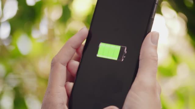 vidéos et rushes de cu à l'aide d'un smartphone pendant qu'il charge - batterie