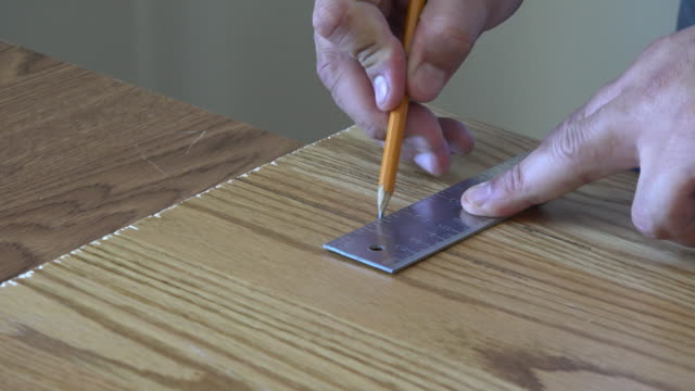 diy: using a square tool to mark a piece of wood - fyrkantig bildbanksvideor och videomaterial från bakom kulisserna