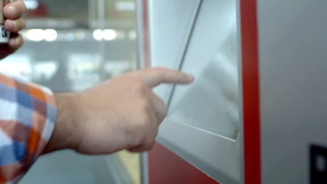 hd: utilizzando un biglietto distributore automatico - biglietto video stock e b–roll