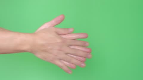 vidéos et rushes de utilisation de gel d'alcool nettoyeur de main, fond vert - laver