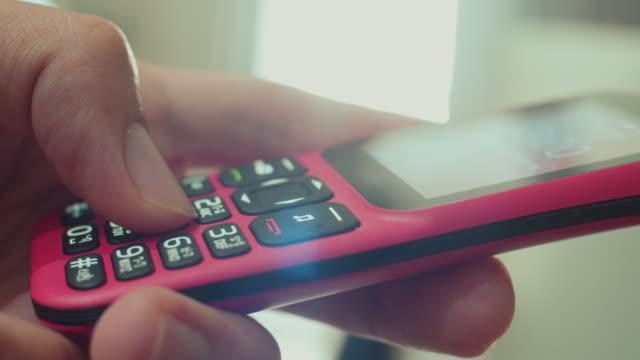 mit einem alten telefon,close-up - mobilität stock-videos und b-roll-filmmaterial