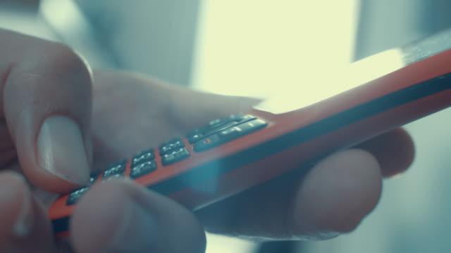 古い電話を使用して、クローズアップ - portability点の映像素材/bロール