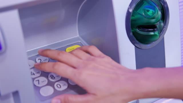 Mit Geldautomat